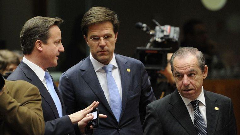 David Cameron praat met Mark Rutte op de eurotop in Brussel. Beeld afp