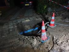 Waterleidingbedrijf start grondig onderzoek nadat vrouw met haar fiets in sink hole reed