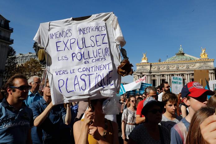 """Een t-shirt met de protesttekst: """"Niet effectieve boetes, zet de hoofdvervuilers het land uit naar het plastic continent""""."""