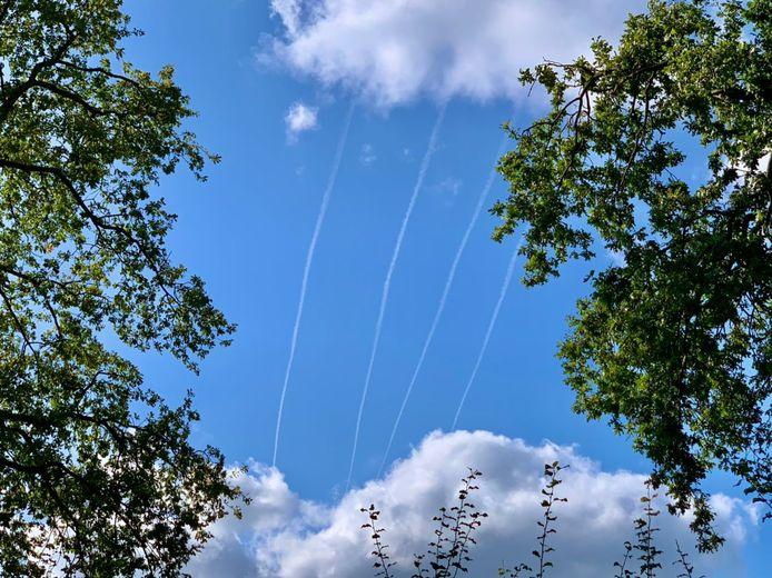 Vier strepen in een blauw wolkendek: wat is dat?