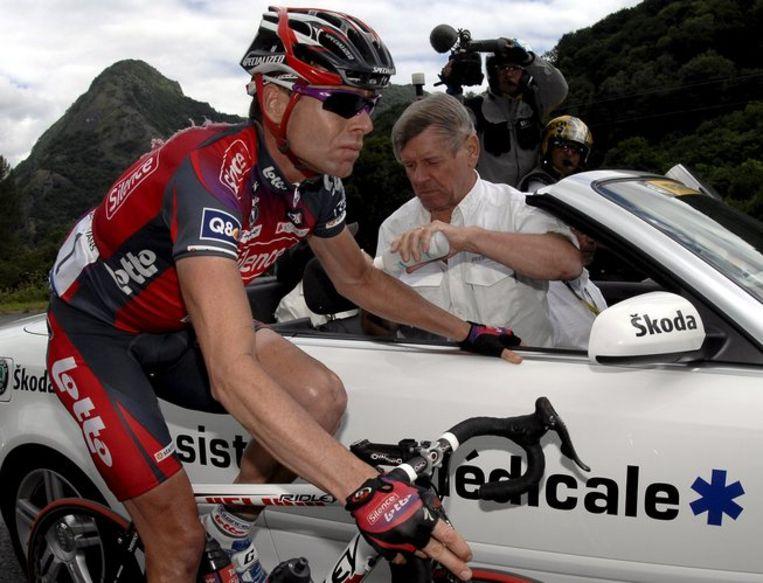 Cadel Evans wordt door de tourarts behandeld. Foto EPA/Nicolas Bouvy Beeld