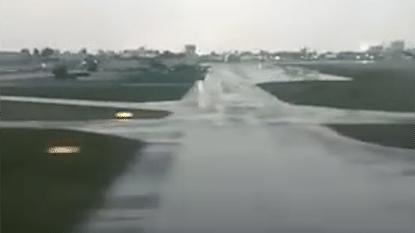 Passagier filmt hoe vliegtuig van landingsbaan schuift