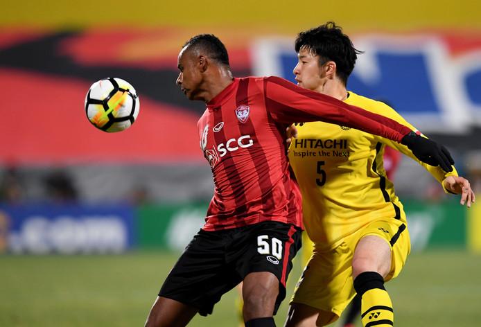 De Japanse jeugdinternational Yuta Nakayama (r), hier in actie voor voor Kashiwa Reysol, gaat zich voor 3,5 jaar verbinden aan PEC Zwolle