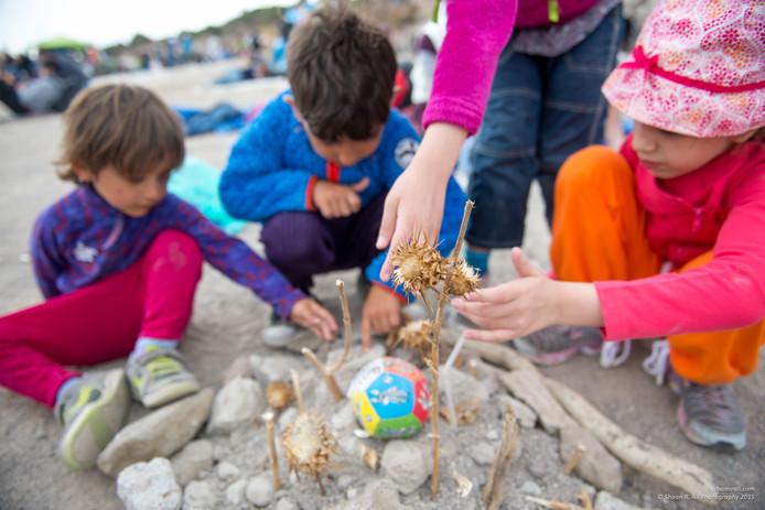 Vluchtelingenkinderen vermaken zich met speelgoed van niks.