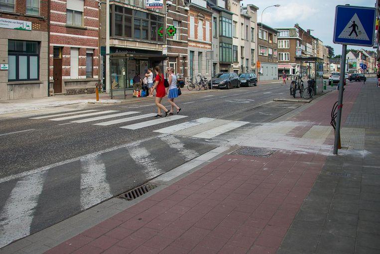 Onder andere aan dit zebrapad komt er een verlichtingspaal, die het voor zwakke weggebruikers veiliger moet maken om over te steken.