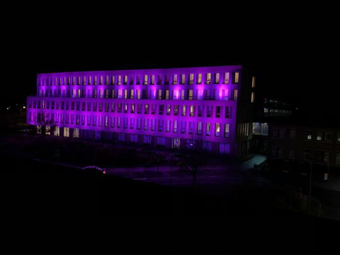 Het St Jansdal Ziekenhuis in Harderwijk kleurde paars in het teken van Wereld Prematuren Dag.