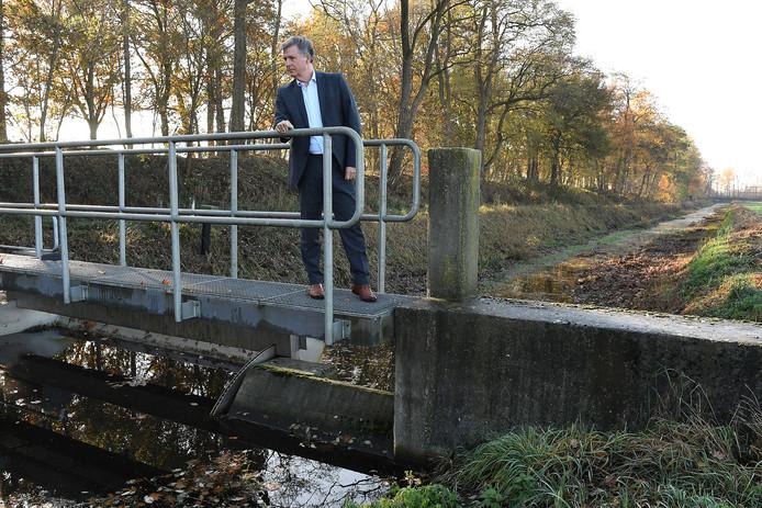 Dijkgraag Lambert Verheijen op de stuw in het Peelkanaal.