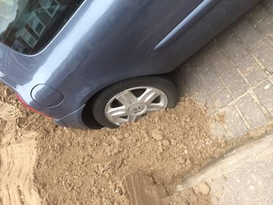 De auto van Charly en Mariëlle liep behoorlijk wat lakschade op.