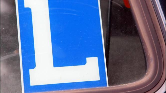 Jonge chauffeur met voorlopig rijbewijs riskeert stevige geldboete nadat hij nieuwe wagen wil showen aan vrienden