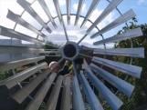 Boudewijn bouwde zijn eigen windmolen in zijn tuin