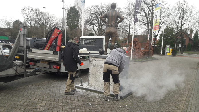 Het standbeeld van Jan van Roessel wordt weer in ere hersteld.