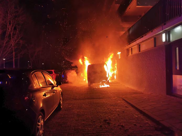 Aan de Pomona in Wageningen brandden onder een flat drie auto's uit.