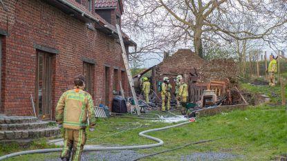 Afvalverbranding loopt fout: vuur slaat over naar bijgebouw van woning