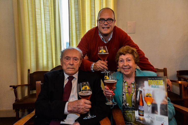 Marcel Durnez met zijn zoon Yves en echtgenote Georgette bij de voorstelling van het biertje 'Broere Marcel'.