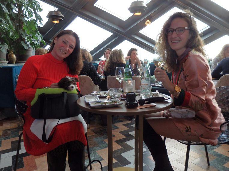 Hayke van Dommelen (Haykekookt) en Martine de Ridder (Mrs Martine). In de tas: Kik. Het is zijn eerste uitje. Beeld Schuim