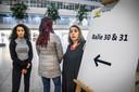 Fatima Faid, Mariam El Maslouhi en de dakloze moeder bij de balies van het Haagse stadhuis. Zodra de moeders een baan krijgen, moeten ze het van het daklozenloket van de gemeente zelf zien te rooien