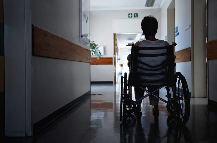 Annick Vanderkel a perdu l'usage des ses jambes après une mauvaise chute suite à une scène d'amour sur un capot de voiture (photo d'illustration).