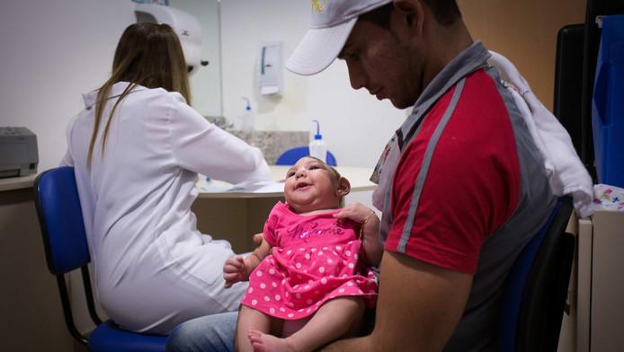De kleine Ana Beatriz wordt vastgehouden door haar vader Alipio Martin tijdens een medische afspraak.