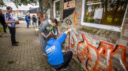Jongeren met autisme nemen muren Bakkerslaan onder handen