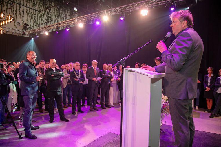 CEO Walter van de Griendt legt het nieuwe winkelconcept uit.