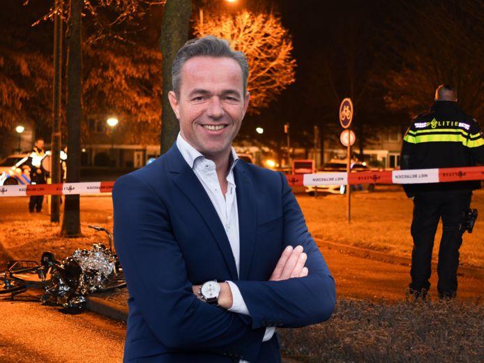 Columnist Dennis Captein, met op de achtergrond de plek waar afgelopen weekend een 16-jarig meisje uit IJsselstein werd neergestoken.