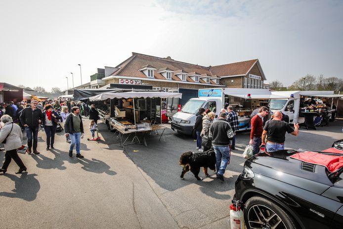 De zondagsmarkt op de Veemarkt in Brugge.