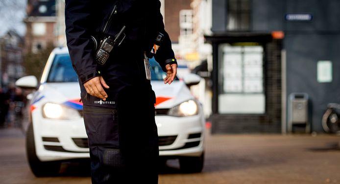 Een politieagent op straat.
