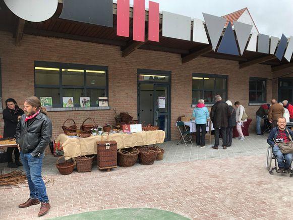 De ambachtenmarkt in gemeentelijke basisschool Salto