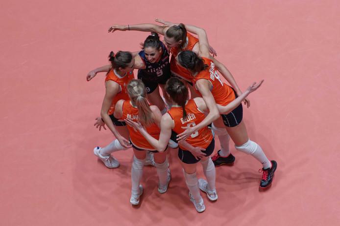 Vreugde bij de Nederlandse volleybalters na weer een punt tegen Bulgarije.