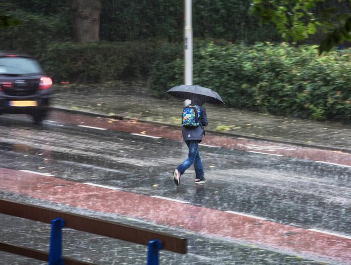 Onweer en hevige stortbuien trekken morgen over de regio.