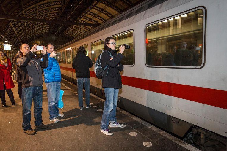 Treinliefhebbers wachten de trein op op Amsterdam CS Beeld Dingena Mol