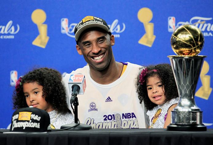 Kobe Bryant met zijn dochters Gianna en Natalia op 17 juni 2010, nadat hij zijn vijfde NBA-titel heeft veroverd met de Lakers.