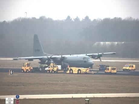 Startbaan Eindhoven Airport uur buiten gebruik door lege band Hercules C-130