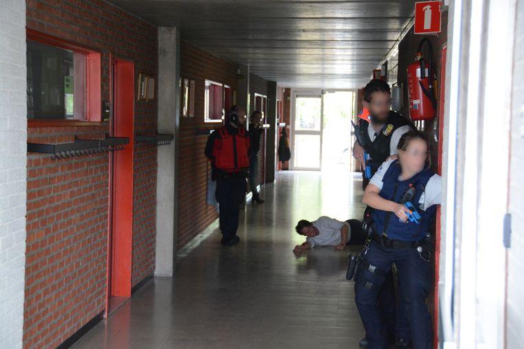 De politie doorzoekt de school