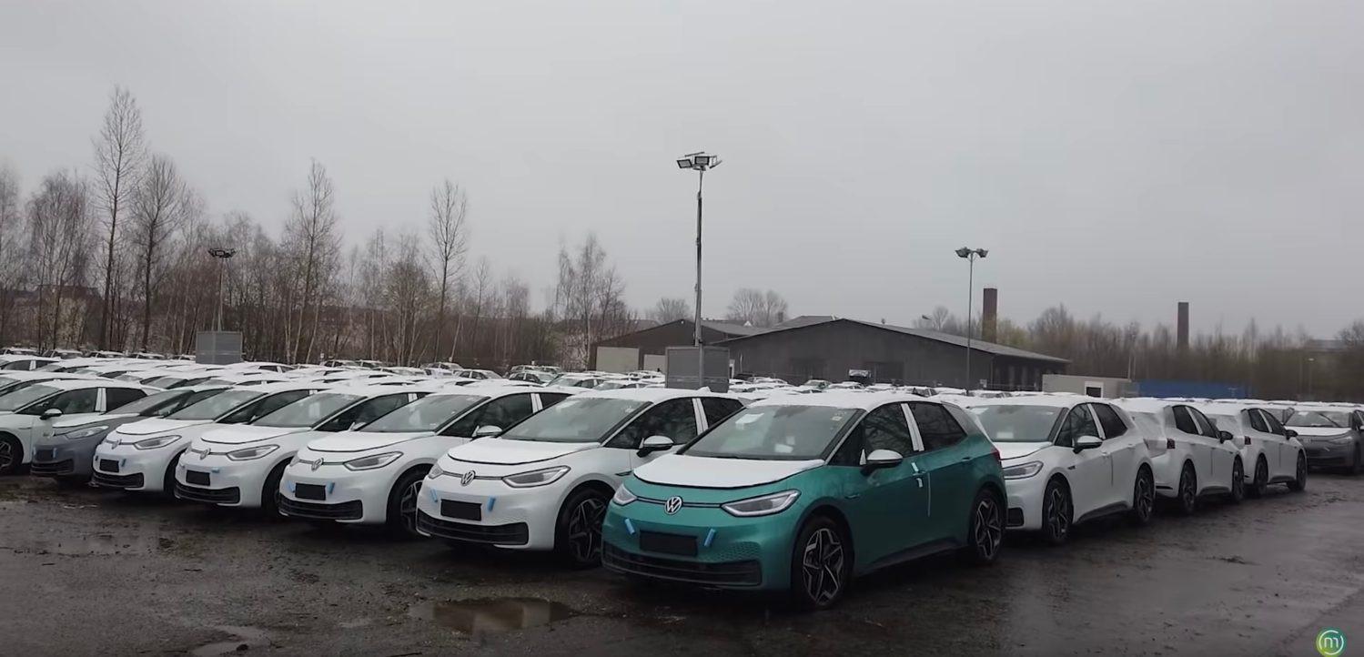 Duizenden nieuwe auto's staan nu in de regen.