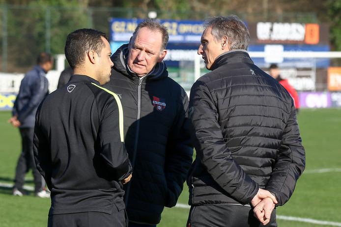 De Treffers-trainer Anton Janssen (rechts) en assistent Willie Willems in overleg met scheidsrechter Sander de Brito Roque (links) over het doorgaan van het duel met Koninklijke HFC.