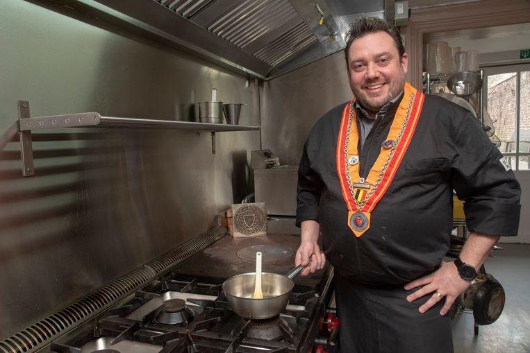 Tommy Bruynen van Meneer en Bistro Gustaaf aan het fornuis.