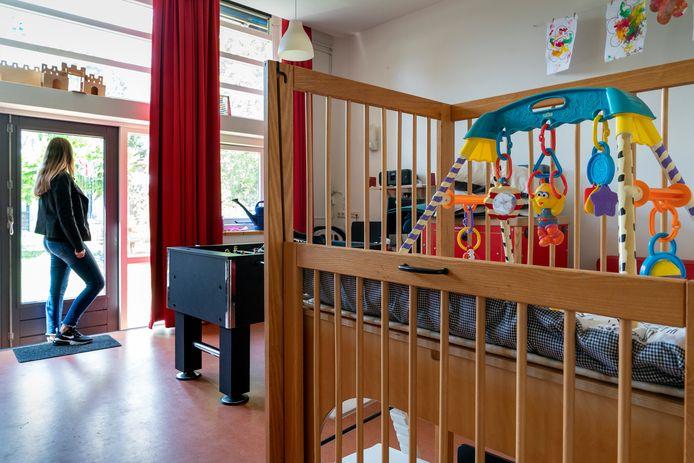 In de Vrouwenopvang zijn drie units waar in totaal plek is voor 32 vrouwen en kinderen. De vrouwen hebben een eigen slaapkamer, de rest van de ruimtes wordt gedeeld.