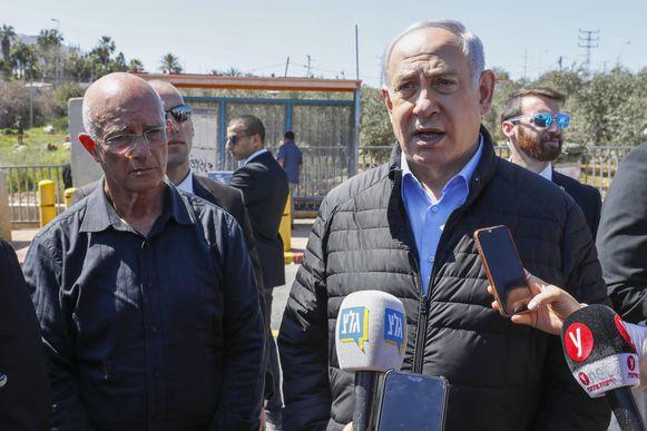 De Israelische premier Benjamin Netanhayu in Ariel, waar de aanslag plaatsvond.