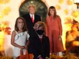 Jongetje en meisje als Trump en Melania op Halloweenfeest