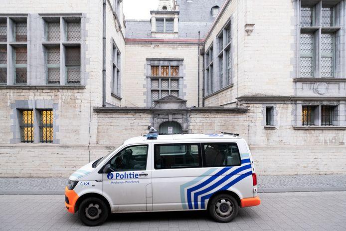 MECHELEN - Een politiecombi voor het gerechtsgebouw van Mechelen.