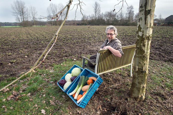 OOSTERHOUT - Vincent de Wolff van Sophia's Tuin met wat producten die hij op nieuwe lap grond aan de Seterseweg biologisch gaat verbouwen.