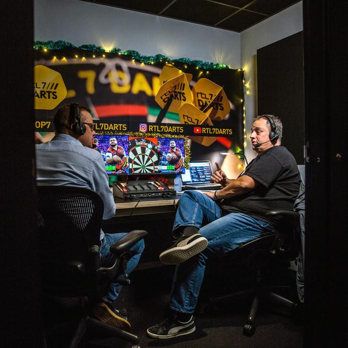 Frank Vischschraper (links) en Jacques Nieuwlaat, de dartsdeskundigen van RTL 7, in hun hokje in Hilversum vanuit waar zij het WK in Londen verslaan. ,,De sfeer in Ally Pally krijgen wij heel goed mee in onze koptelefoons.''