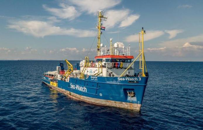 De onder Nederlandse vlag varende Sea-Watch 3 redde de 32 migranten zaterdag van de verdrinkingsdood.