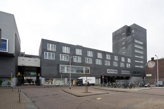 De ingang van de parkeergarage, gezien vanaf de Magazijnstraat.