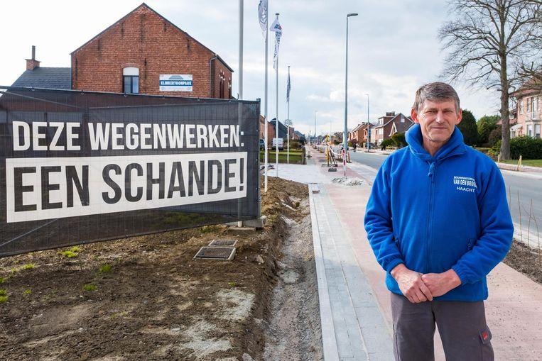 Freddie Van den Broeck van Bouwmaterialen Van den Broeck is maar wat blij dat de werken voor zijn deur eindelijk bijna voorbij zijn.