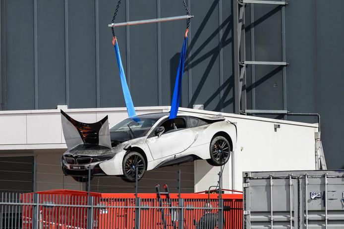 De BMW wordt weer uit het water getakeld.