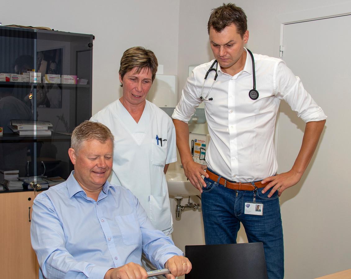 ASSE: Burgemeester Van Elsen ondergaat de screening, bijgestaan door verpleegster Kathleen Van Stichelen en cardioloog Dan Schelfaut.