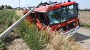 Brandweerwagen kantelt in gracht na ongeval met vluchtmisdrijf