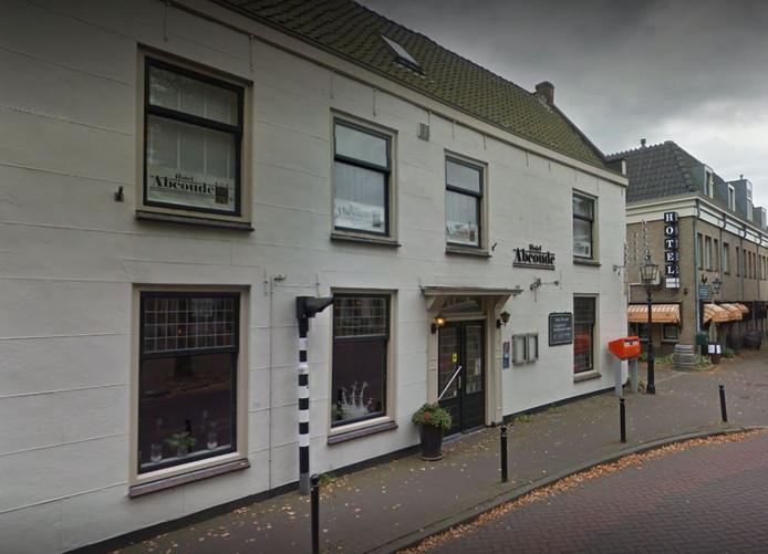 In Abcoude zijn een hoteleigenaar en zijn vrouw aangevallen door een groep jongeren.